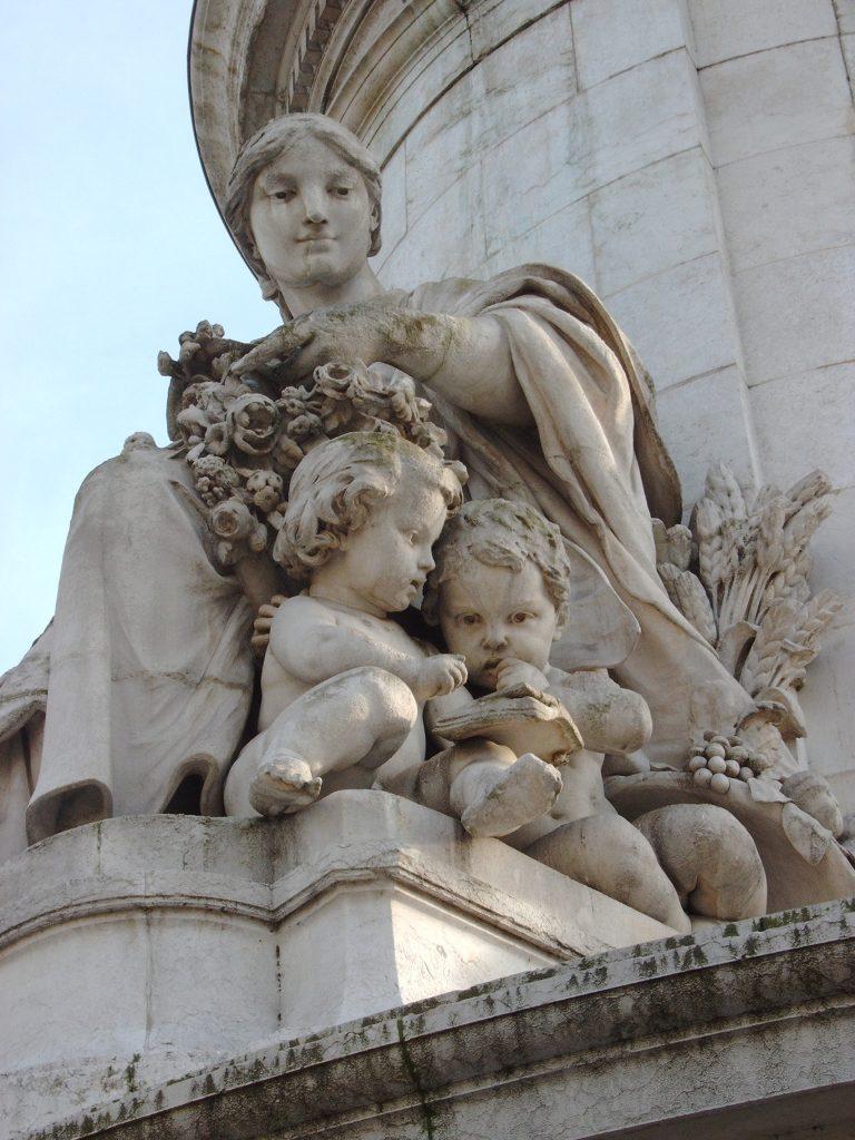 La fraternité implique donc la reconnaissance d'une famille humaine qui reste soudée par un sentiment d'appartenance essentielle et mutuelle.