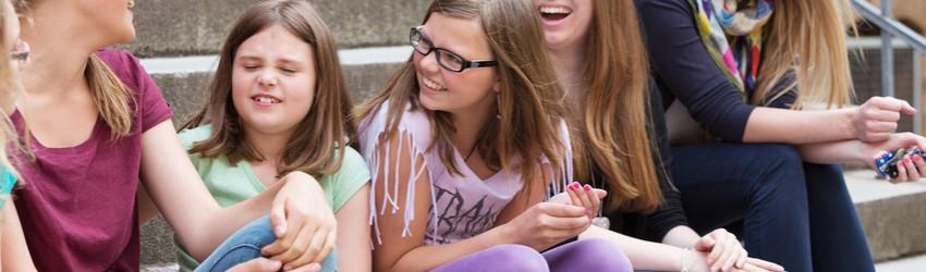 Le rire agit comme un agent libérateur de tensions et d'angoisses et alimente les sentiments positifs