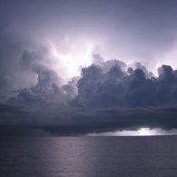 Le cumulonimbus est le nuage avec le plus d'extension verticale et l'énergie qu'il renferme peut être impressionnante, les plus gros pouvant rivaliser avec l'énergie de la bombe atomique de Nagasaki.