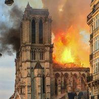 L'énormité du panache de fumée s'échappant de ce lieu tout aussi énorme visité chaque année par une énorme foule. Le cœur de Paris saigne et c'est quelque part l'un des cours du monde qui saigne.